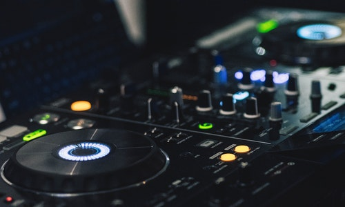 How To Get The Club Like Aura At Home Without Having A DJ There? Uncover The Details Here!